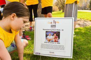 Girl reading Memory Lane sign at Ottawa Steps for Life walk.